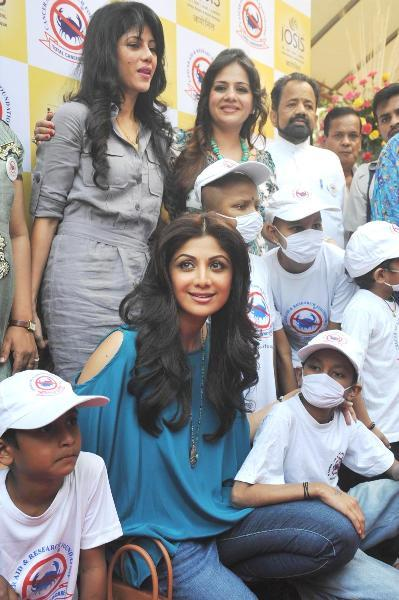 Shilpa-Shetty-posing-with-cancer-infected-kids-at-the-charity-event-for-CARF-at-the-IOSIS-SPA-in-Mumbai