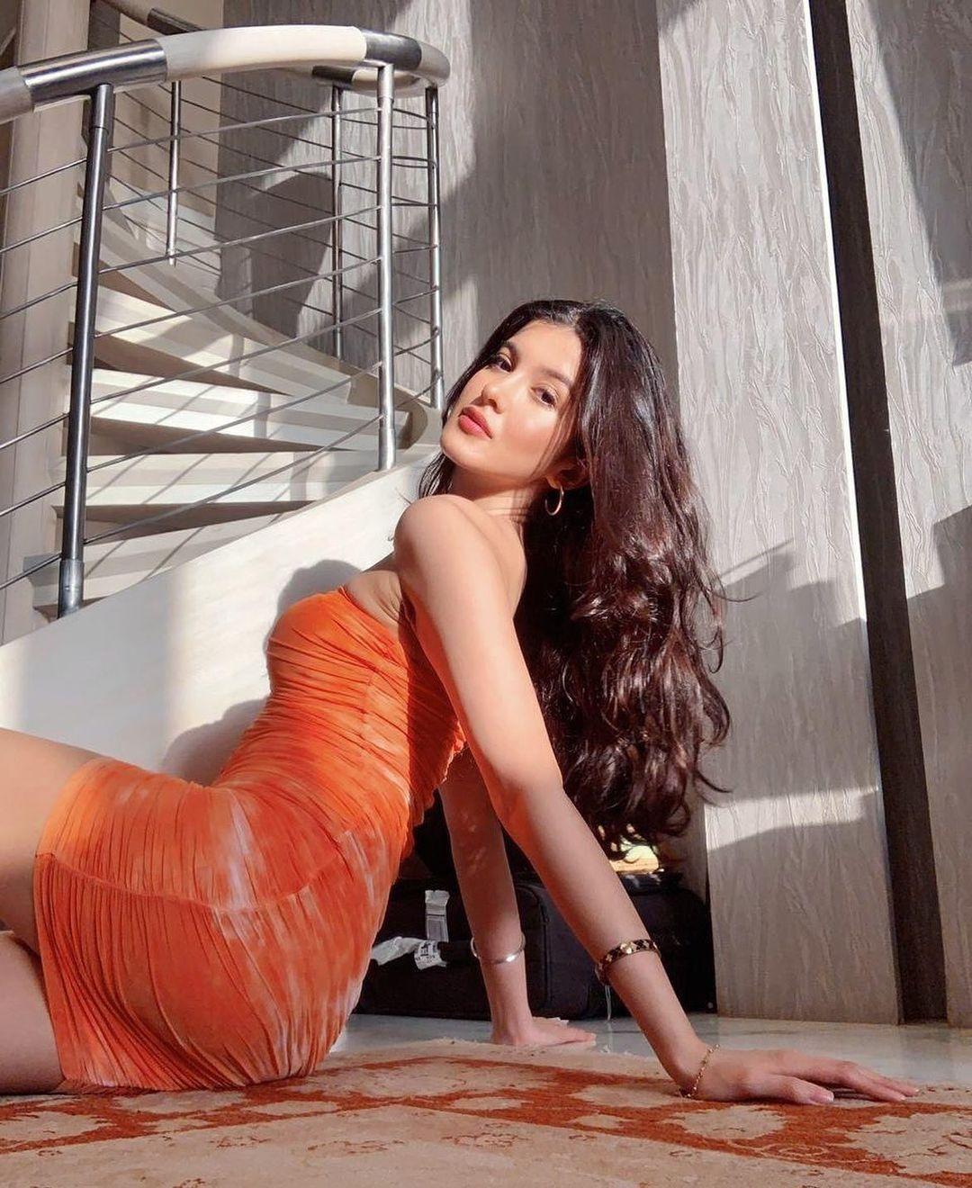 Shanaya Kapoor looks hot in red