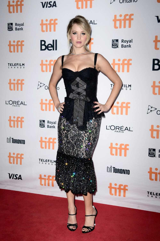 Jennifer Lawrence looks hot in black dress