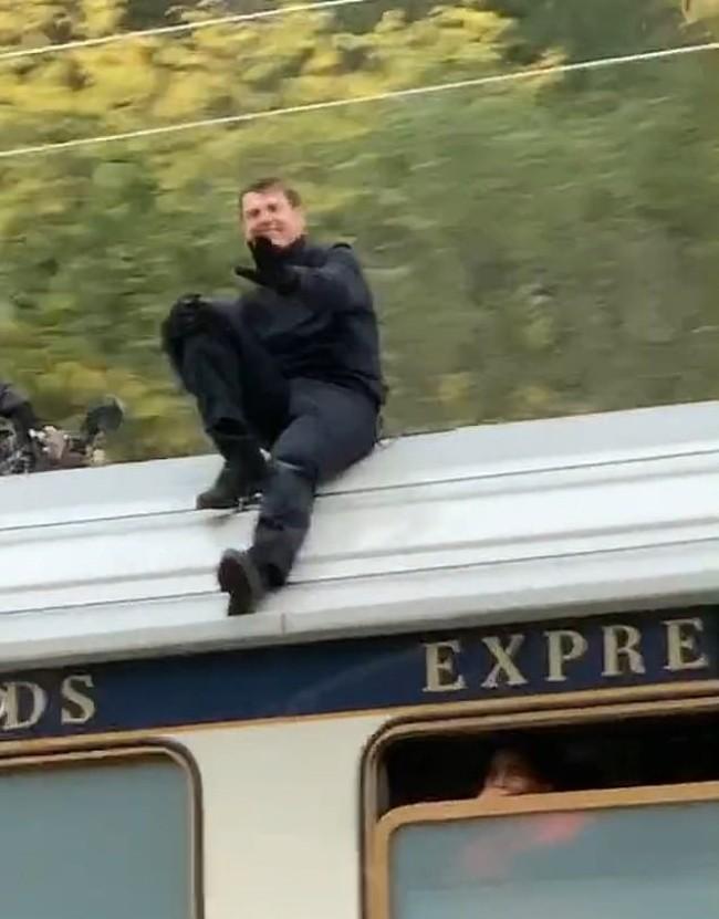 tom-cruise-rides-on-top-of-speeding-train-for-mi7-stunt